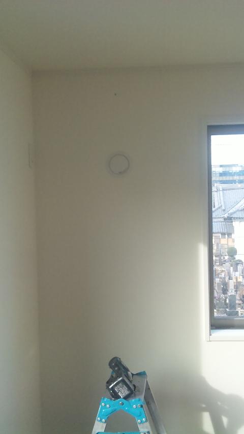 エアコン室内機3階から室外機1階立ち降ろし取り付け工事