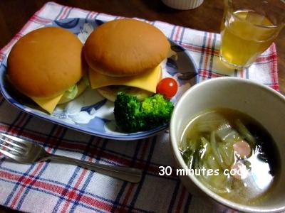 ハンバーガーとウインナーと残り野菜DEスープ