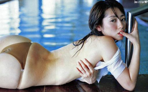 指をくわえる谷桃子壁紙画像