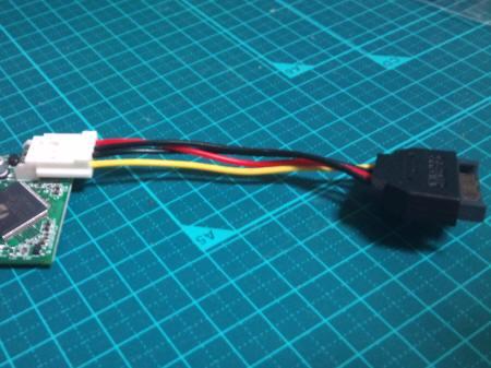 GH-EB262-C13にFDD電源変換ケーブルを取り付けた様子
