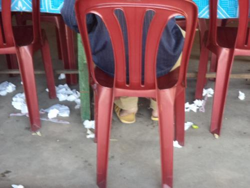 テーブルの下はゴミだらけ