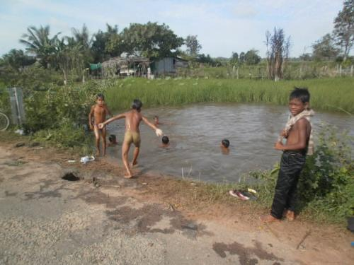 水浴びする子供たち