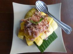 料理「干し魚とマンゴー」