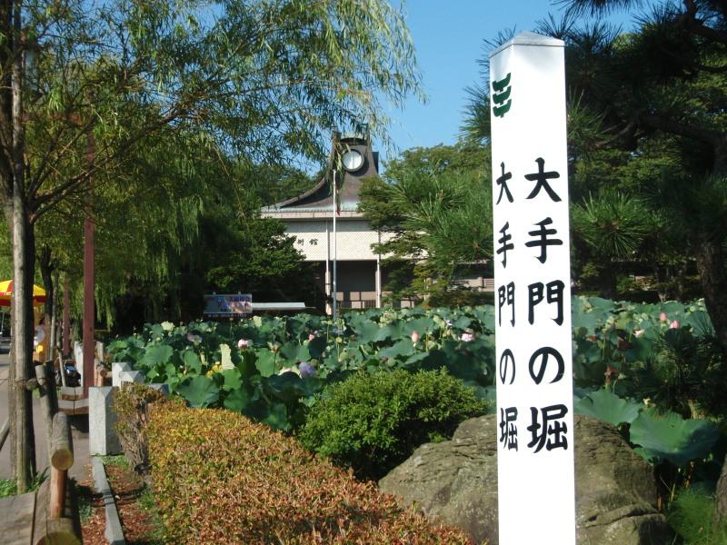P1010755 大手門の堀と平野美術館(9-14)-2