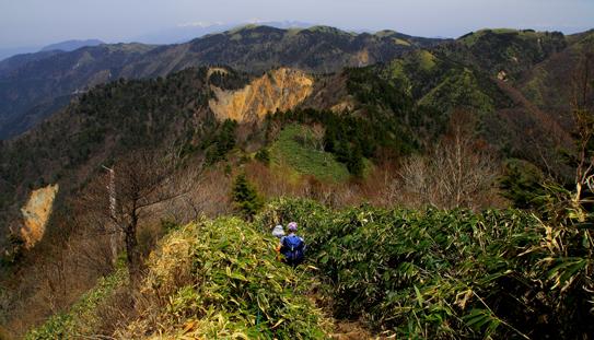 恵那山縦走路から富士見台と中央アルプスを望む
