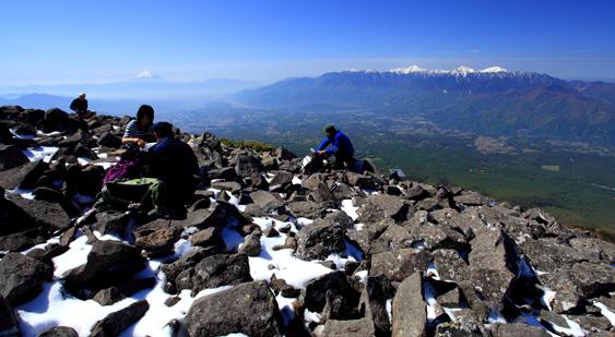 編笠山の山頂から南アルプスと富士山