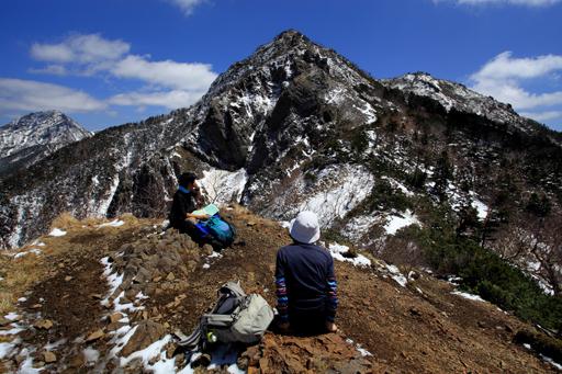 ギボシと権現岳の展望を楽しむ登山者
