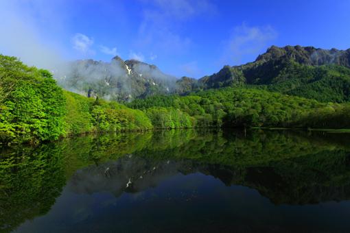 湖面に映える戸隠山と西岳
