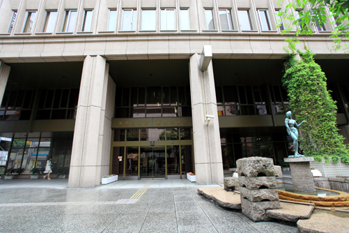 区役所本庁舎入り口
