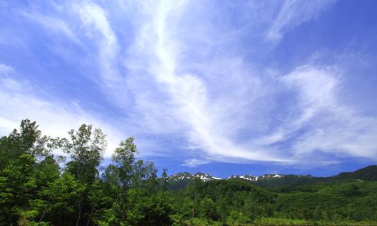 青空に雲の映える乗鞍高原