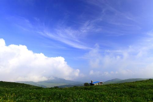青空に雲の湧く霧ヶ峰