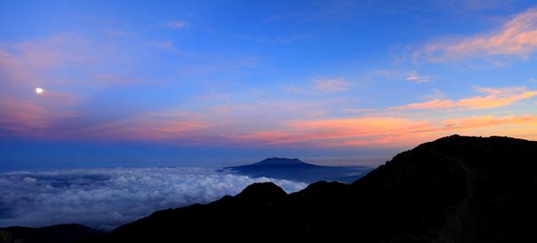 未明の空に満月と御岳の朝焼け雲