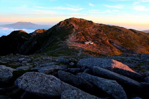 朝焼けの木曽駒ヶ岳と霊峰御岳