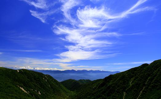 トラバース道から南アルプスと造形雲を望む