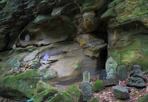 岩壁に石仏群