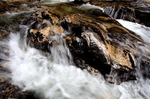 一枚岩の川床を流れる清流