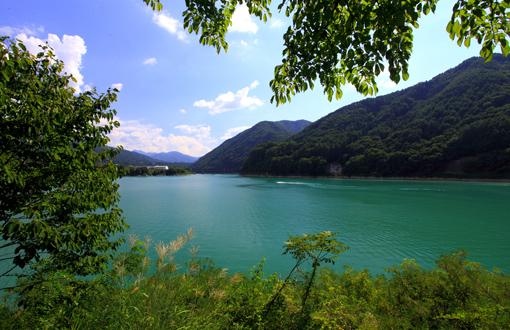 水上バイクを楽しむ美和ダム湖