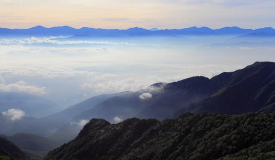 越百山から望む南アルプスと富士山