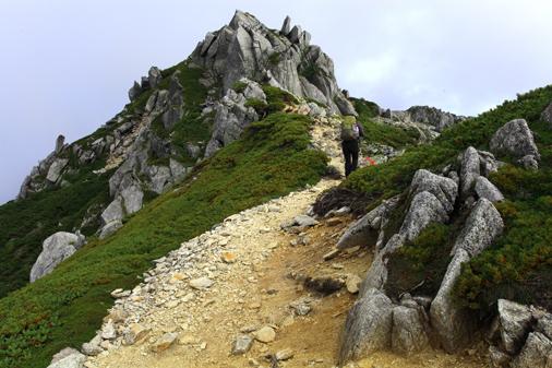 空木岳第1ピークの上を行く登山者