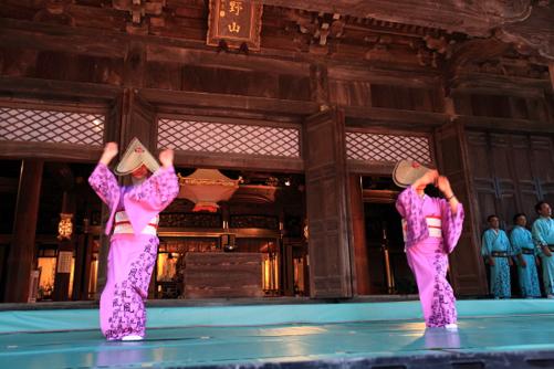 聞名寺で踊る