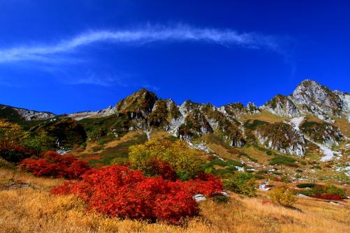 雲と紅葉と宝剣岳