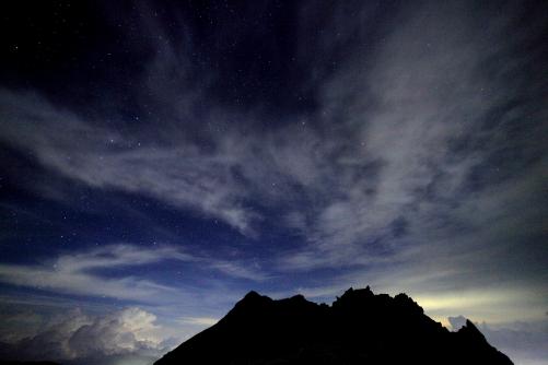 伊那前岳と夜空の雲と星