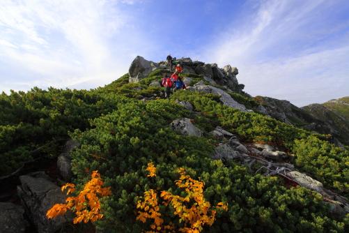 露岩の頭から急斜面を下降