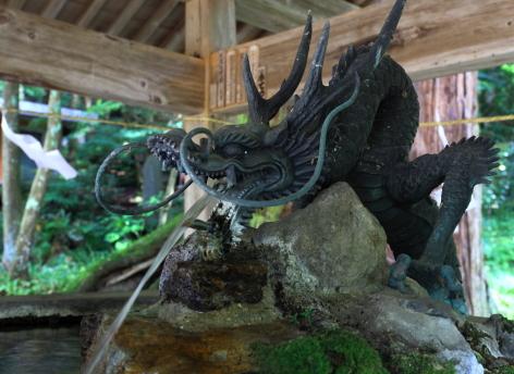 聖水を吐き出す竜