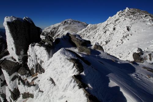 岩氷に覆われた西駒ヶ岳と中岳
