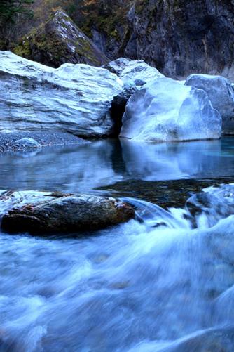 石灰岩の巨岩帯を流れる清流