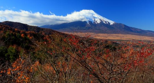 雲のたなびく白銀まとう富士山