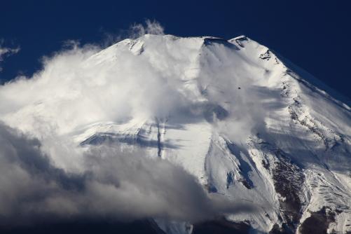 雲まとう富士の頂