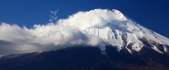 雲の流れる霊峰富士山