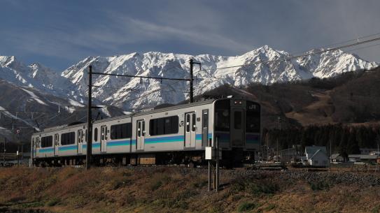 大糸線の列車と白馬岳