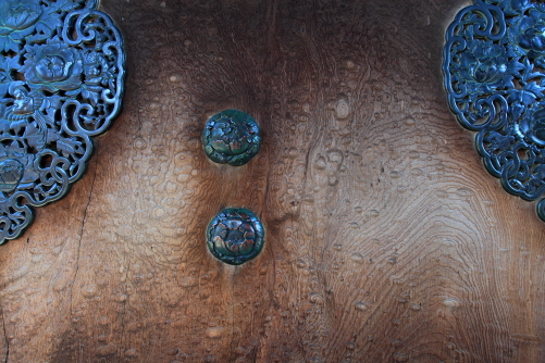 山門の重厚な扉