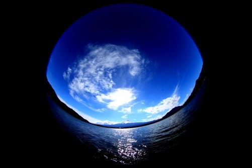 碧い空に湖上富士と雲