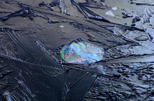 氷の造形に太陽光線射す