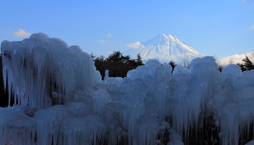氷のオブジェと富士山