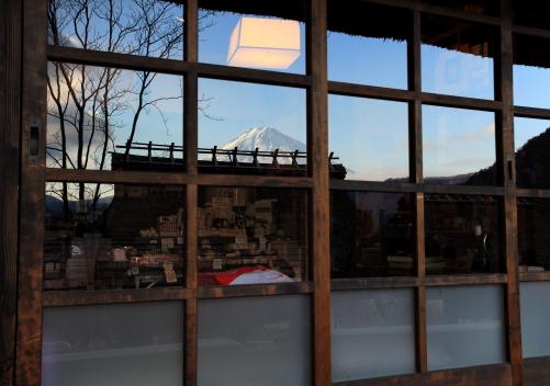 窓ガラスに富士