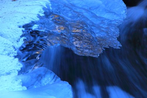 乱反射の氷に清流