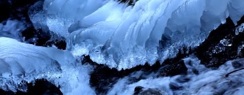 凍てつく川辺