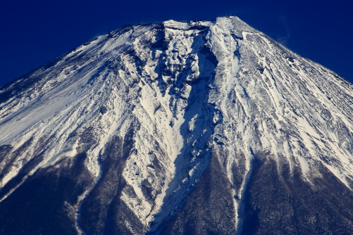 荒々しい富士の山頂