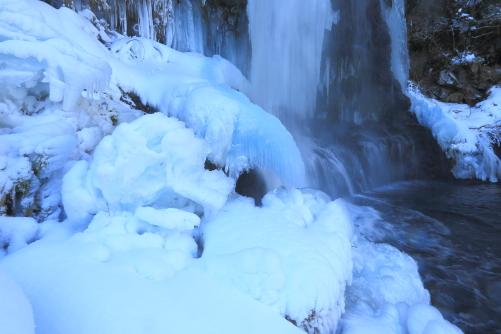 冷川にかかる滝
