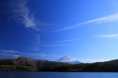 西湖から望む青空に映える雲と霊峰富士