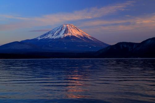 本栖湖から望む富士の夕景