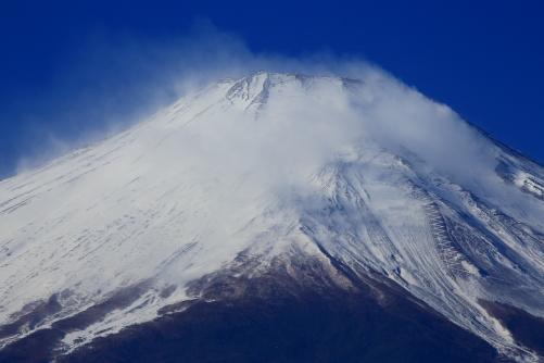 雪煙舞い飛ぶ富士の絶頂