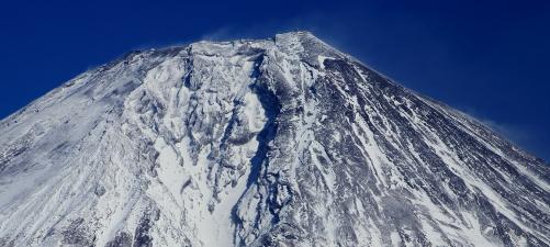 碧空に雪煙飛び散る霊峰富士