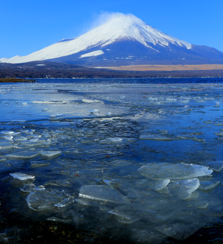 ブロック氷覆う山中湖と富士山