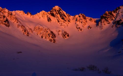 朝日を浴びる朱色の宝剣岳