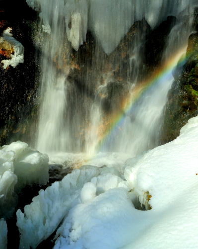 凍てつく滝に虹